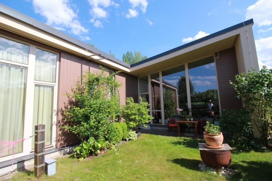 Дом с красивым садом в Pinki